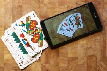 Kartenspiel Schafkopf mit Smartphone